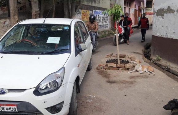 लखनऊ : बीच रोड पर 3 फ़ीट गहरा गढ्ढा राहगीरों के लिए बना मुसीबत
