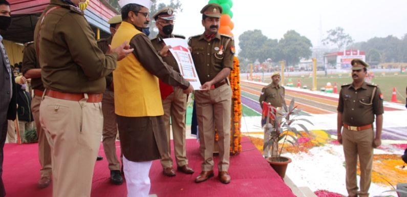 अयोध्या : नगर कोतवाल को सम्मानित करते राज्यमंत्री नीलकंठ तिवारी