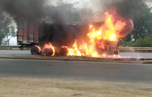 जालौन : टायर फटने से ट्रक में लगी भीषण आग
