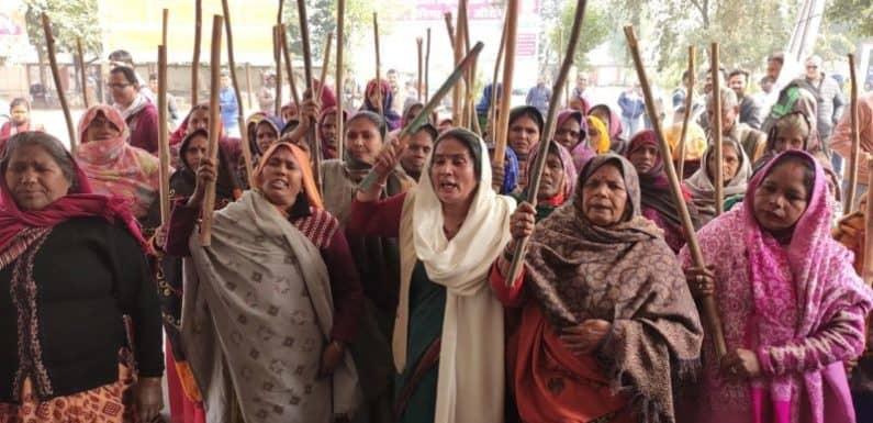 अमेठी : महिला किसान कार्यकर्ताओं ने लगाए मोदी मुर्दाबाद के नारे