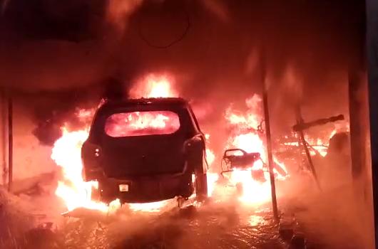 अमेठी : दबंगों ने पत्रकार के घर पे खड़ी कार व बाइक को किया आग के हवाले