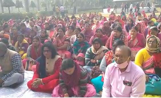 सिद्धार्थनगर : बदायूं में हुई घटना को लेकर आंगनबाड़ी कार्यकर्त्रियों का  प्रदर्शन