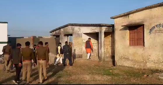 सिद्धार्थनगर : राघवेंद्र प्रताप सिंह ने जर्जर पड़े आंगनबाड़ी केंद्र का किया निरीक्षण