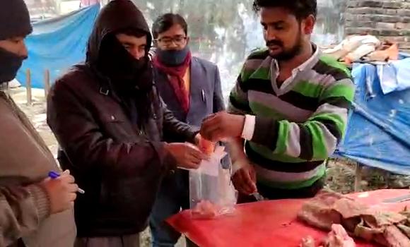 सिद्धार्थनगर : चिकन की दुकानो से की जा रही है सैम्पलिंग