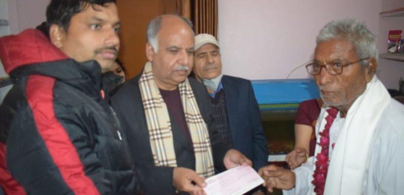 राम मंदिर निर्माण : श्रीकान्त वाजपेयी ने दिया 45 लाख रुपये का चेक