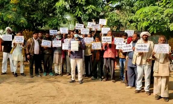 जालौन : 12 वर्षो से दबंगो ने किसानों की जमीनों पर कर रखा है कब्जा