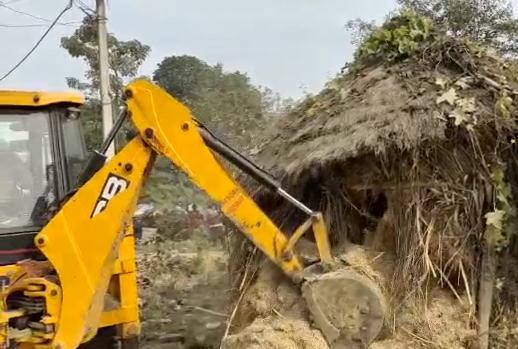 सिद्धार्थनगर :  ग्राम पंचायत पठनपुर में चला प्रशासन का बुलडोजर