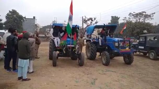 सिद्धार्थनगर : किसानों के समर्थन में सपाइयों ने जगह जगह निकाली ट्रैक्टर रैली