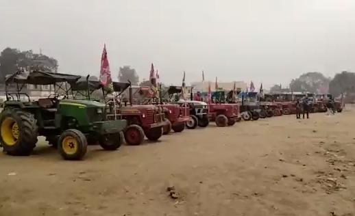 अयोध्या : समाजवादी पार्टी के नेताओं व कार्यकर्ताओं ने निकाली ट्रैक्टर रैली