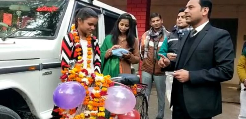 जालौन : नए वर्ष में तहसीलदार ने गरीब छात्रा को दिया उपहार