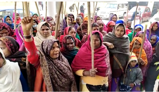 अमेठी – महिला किसान मोर्चा का CMO ऑफिस के सामने विरोध प्रदर्शन