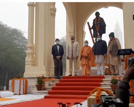 लखनऊ : सीएम योगी ने महात्मा गांधी की प्रतिमा पर किया माल्यार्पण