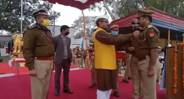 अयोध्या : प्रभारी मंत्री डॉ नीलकंठ तिवारी ने निरीक्षक व उप निरीक्षक को किया सम्मानित