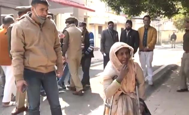 कानपुर : मुफ्तखोरी की लत से मजबूर दरोगा गरीब माँ से भरवाता रहा डीजल