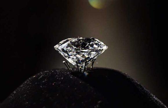 खुदाई करते हुए चमकी किस्मत, मजदूर को मिला बेशकीमती हीरा, कीमत जानकर हैरान रह जाएंगे आप