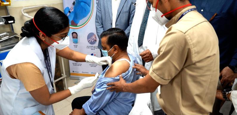 सीएम अरविंद केजरीवाल ने अपने माता-पिता के साथ ली कोविड-19 वैक्सीन की पहली डोज