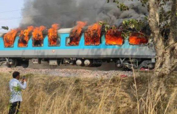 दिल्ली से देहरादून जा रही शताब्दी एक्सप्रेस में लगी भीषण आग, किसी के हताहत होने की खबर नहीं
