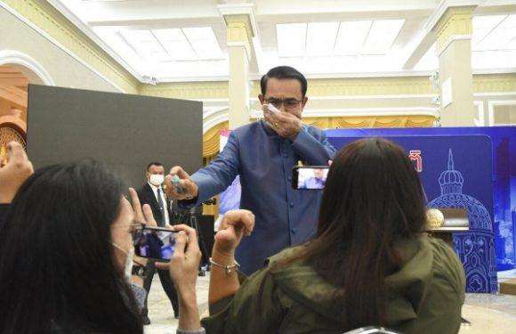 सवाल से झल्लाए थाईलैंड के प्रधानमंत्री का अमानवीय व्यवहार, पत्रकारों पर छिड़का सैनिटाइजर