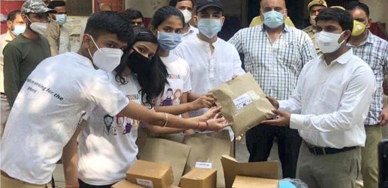 सी.एम.एस. छात्रों ने ग्रामीण क्षेत्रों में वितरण हेतु उप-जिलाधिकारी को भेंट की विशेष कोविड जांच किट