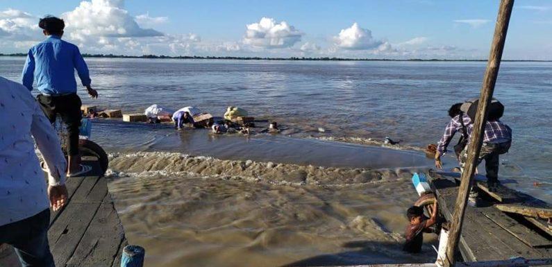 असम में ब्रह्मपुत्र नदी में 100 यात्रियों वाली 2 नावें टकराईं, कई लापता